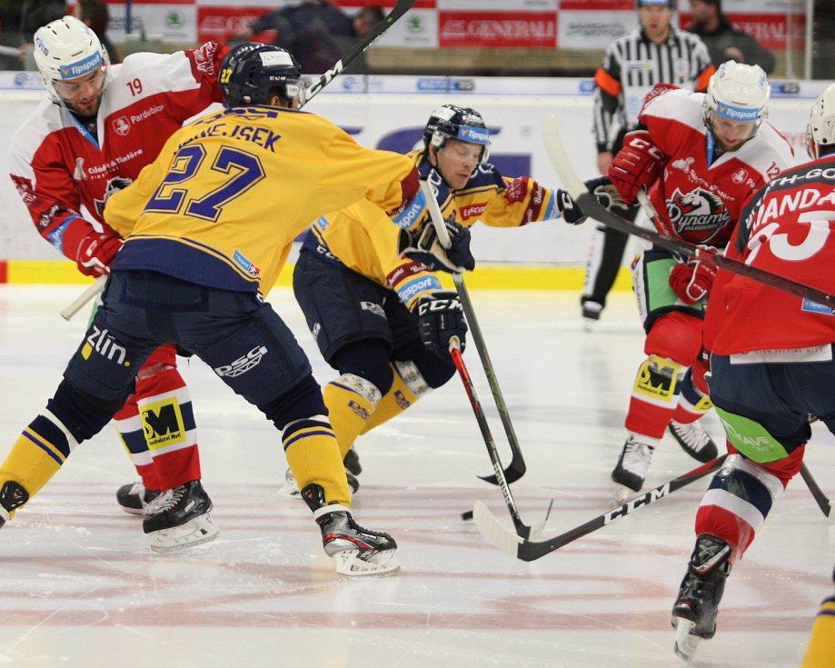 Extraligoví hokejisté Zlína (ve žlutém) v pátek v 7. kole doma hostili Pardubice.