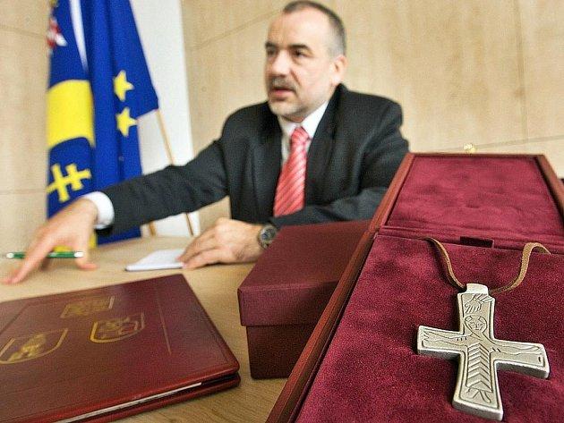 Zlínský krajský radní Jindřich Ondruš se v pondělí 9. listopadu připravoval na cestu do Vatikánu, kde by měl pozvat hlavu katolické církvi na návštěvu Velehradu v roce 2013. Jako dar papežovi nesou stříbrnou repliku kříže z období Velké Moravy.