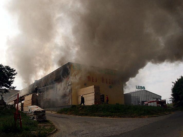 Sušička plná dřeva vzplála ve čtvrtek 15. července odpoledne ve Vlachovicích na Valašskokloboucku.