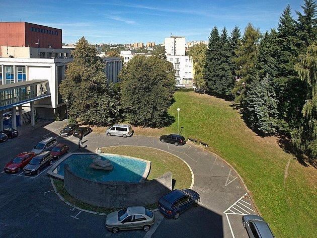 Zelený prostor u zlínského městského divadla by v budoucnu měl zmizet. Na jeho místě má vyrůst polyfunkční dům.