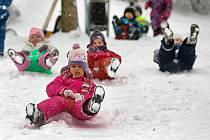 Zlín zapadl v pátek 17. února sněhem. Nejvíce radosti tak počasí způsobilo dětem.