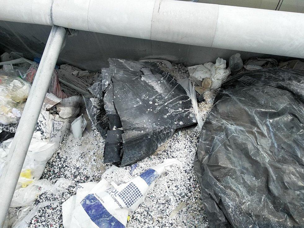 Nebezpečný odpad zajistili krajští celníci.