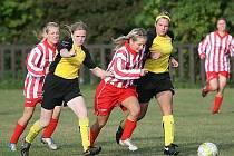 Fotbalistky Březůvek (ve žlutém) podlehly v sedmém kole divize Hovoranům vysoko 0:3