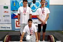 Úspěšní medailisté. Zleva stojí: Tomáš Podškubka, Dominik Šesták, klečí Jakub Velísek.