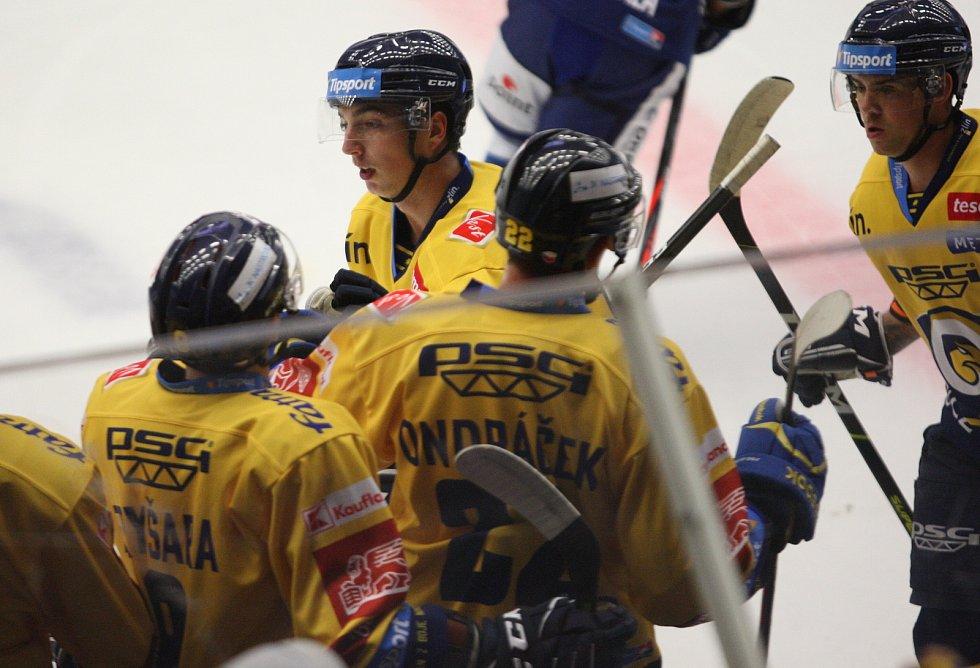Extraligoví hokejisté PSG Berani Zlín (ve žlutém) v přípravném duelu hostili rivala Kometu Brno. Na snímku Dobiáš