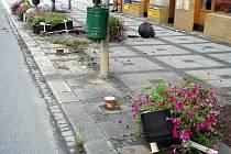 Poměrně kuriózní nehodu vyšetřovali policisté v sobotu 31. července v Luhačovicích. Řidička nezvládla jízdu a vyjela mimo silnici na chodník. Zde narazila do dřevěného květináče a okrasných betonových prvků.