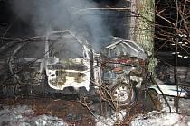 Po silném nárazu do stromu zachvátily auto plameny a řidič uhořel.
