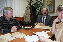 Kronikář Pavel Sovička ( vlevo), pamětník a bývalý starosta Karel Hejtmánek i ředitelka ZŠ Iva Mynářová debatují nad důkazy historického užívání pojmenování Syrákov