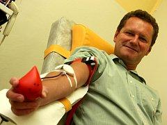 Akce daruj krev s primátorem v Baťově nemocnici ve Zlíně. Na snímku primátor Miroslav Adámek