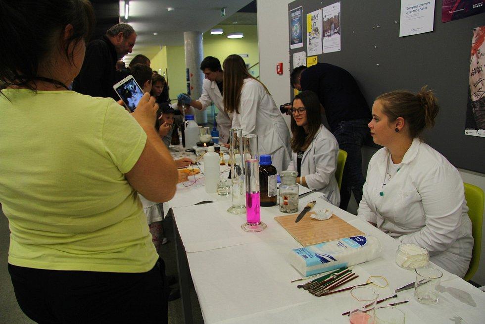 V pátek 27. září 2019 se v prostorách Fakulty technologické Univerzity Tomáše Bati ve Zlíně konala Noc vědců. Návštěvníci si mohli mimo jiné vyzkoušet řadu experimentů.
