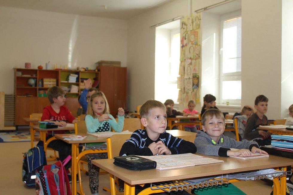Děti ze Základní školy Koryčany. Sběr papíru se může na škole stát minulostí.