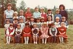 MŠ FRYŠTÁK 1989 - 1990. Druhá třída. Děti s paní ředitelkou Márií Urbáškovou a učitelkou Evou Hanačíkovou.