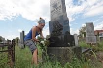 Brigádníci čistí náhrobky na židovském hřbitově v Holešově.