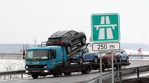 Dálniční dopravní značky na dálnici D 55 u Otrokovic.