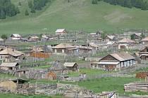 VESNICE. Hlavním stavebním materiálem je v Altaji dřevo. Dobře izoluje a dřevěná obydlí jsou také odolná vůči zemětřesení.