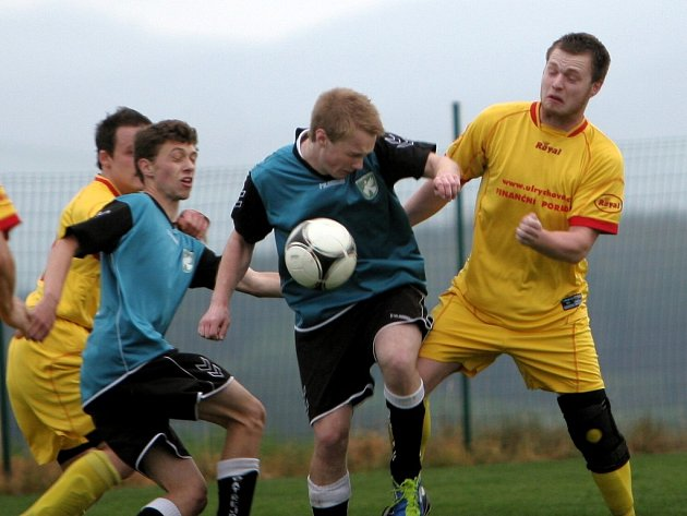 Fotbalisté Jaroslavic (ve žlutém) proti Bratřejovu. Ilustrační foto