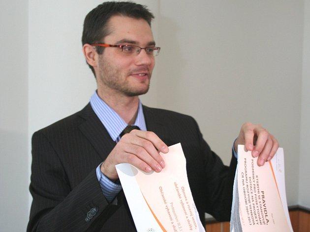 Místostarosta Vysokého Pole Stanislav Polčák demonstrativně roztrhal původní pravidla pro čerpání dotací.