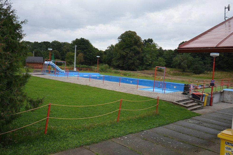 Vesničce Újezd na Zlínsku chybí podle místních snad jen moře. Na snímku z 26. srpna 2021 koupaliště.