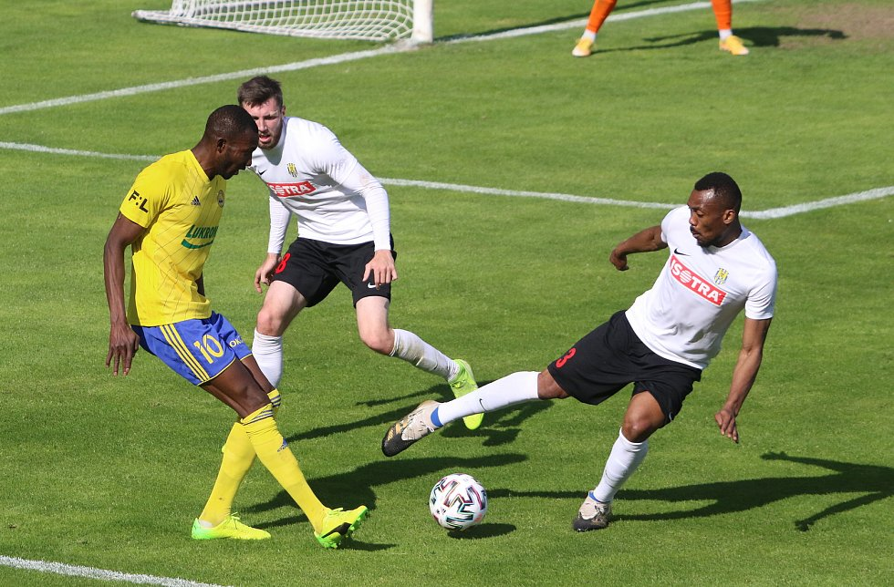 Fotbalisté Zlína (žluté dresy) ve 31. kole FORTUNA:LIGY remizovali s poslední Opavou 1:1.