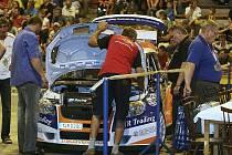 Ve čtvrtek v podvečer proběhla v hale Euronics ve Zlíně technická přejímka závodníků startujících na 40. ročníku Barum Czech Rally Zlín. V jejím průběhu rovněž proběhla autogramiáda s předními posádkami startovního pole.