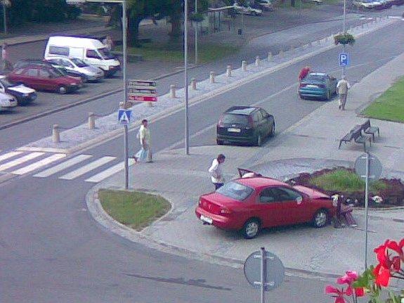 Řidička si spletla pedály a místo na brzdu šlápla na plyn.