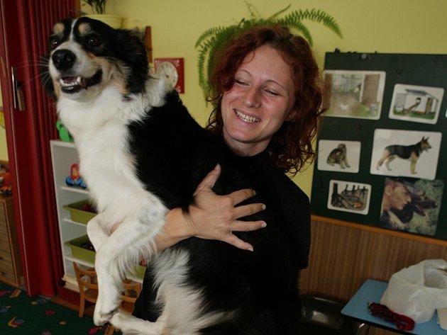 Celý týden se  děti ve zlínské mateřské škole v ulici Santražiny dozvídaly nejrůznější zajímavosti o psech. Navštívila je také Renáta Hejtmánková z Canisterapeutického centra Zlín spolu s fenkou Kessi.