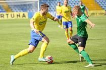 Fotbalisté Fastavu Zlín (ve žlutém) v důležitém zápase bojů o záchranu ve 28. kole v sobotu hostili poslední Příbram.
