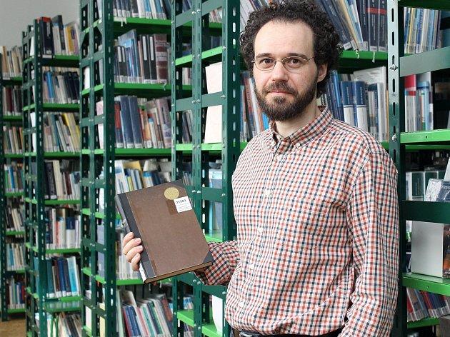 Vedoucí lékařské knihovny Josef Šilhavík. Přivítá prý rád všechny kromě hypochondrů.
