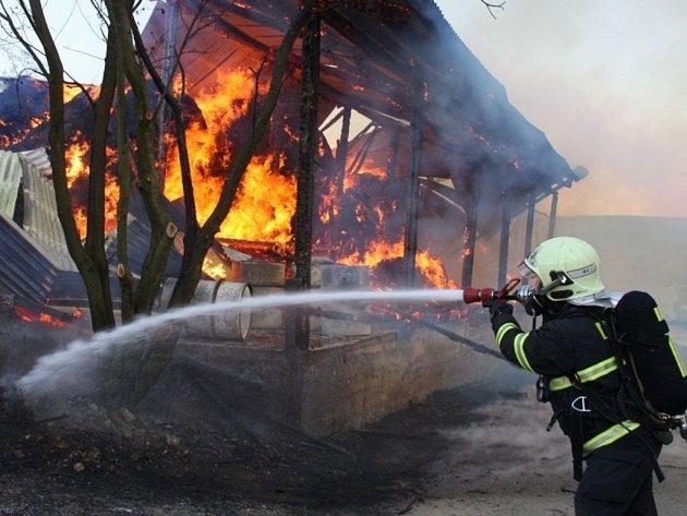 Hasiči likvidovali ve středu 2. května rozsáhlý požár skladovací haly v Horní Lhotě.