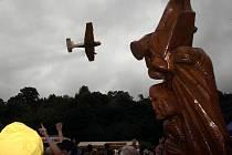 Po odhalení sochy pokropilo letadlo pravou valašskou slivovicou nejen Jožina z bažin.