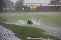 Před pěti lety se před zápasem Veselé s Baťovem přehnala bouřka, hrát se na trávníku nedalo.