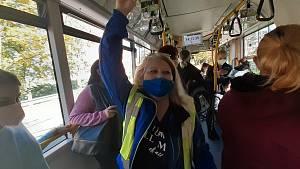 Kontroly ve vozidlech MHD se zaměřily i na nošení respirátorů a roušek