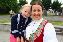 Před pěti lety založila teď už sedmadvacetiletá Eva Janíková (na snímku s dcerou) z Pozlovic Folklorní soubor Leluja v Provodově, a to na popud rodičů, kteří nechtěli děti vozit do Zlína.