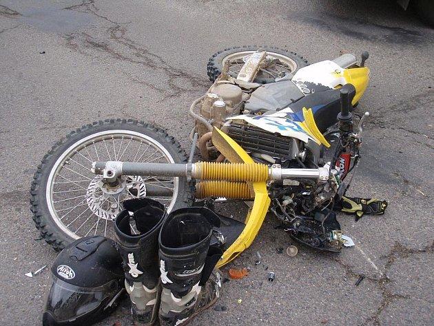 Střet osobního auta zn. Fiat Brava a motocyklu zn. Husquarna v obci Napajedla.