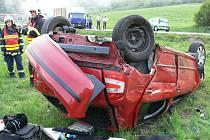 PŘEŽILI. Díky bezpečnostním pásům vyvázl z nehody řidič i spolujezdkyně jen s lehkými zraněními.