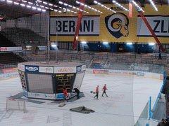 Po nedělním zápase s Karlovými Vary technici demontovali čtrnáct let sloužící kostku nad ledem Zimního stadionu Luďka Čajky ve Zlíně.