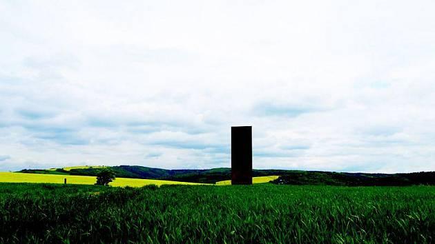 Plechová plastika sochařky Pavly Kačírkové je novým prvkem v krajině mezi Šarovy a Zlínem-Salaší. Její název je Kaple I, a slavnostně ji autorka odhalilí ve středu večer.