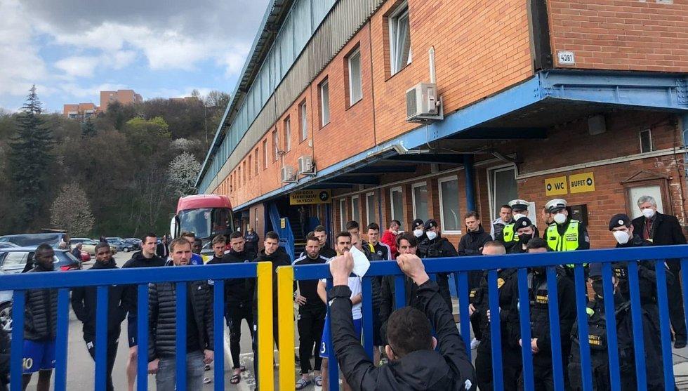 Fotbalisté Zlína po prohraném utkání s Pardubicemi debatovali s  naštvanými fanoušky.