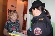 Zlínští strážníci pomáhají seniorům bránit se nebezpečí. Pořádají semináře či instalují řetízky