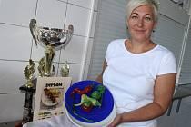 Lenka Hastíková, jedna ze tří kuchařek školní jídelny ZŠ Mánesova Otrokovice, které v úterý 25. srpna 2015 vyhrály 1. místo ve finále soutěže O nejlepší školní oběd.
