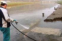 Odklízení bahna z otrokovického přístaviště.