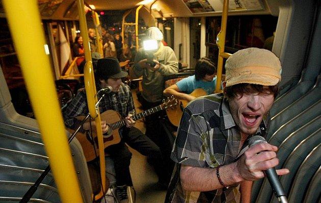 Netradiční hudební festival se konal v úterý 26. října. V trolejbusu městské hromadné dopravy vystoupili Goodfellas i ČokoVoko.