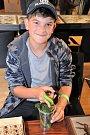 Vnuka Josefa Fukse, chlapce, který si hraje s housenkami motýla martináče.