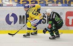 Extraligoví hokejisté Zlína (ve žlutém) v 17. kole doma hostili nováčka z Karlových Varů.  Na snímku Pavel Sedláček.