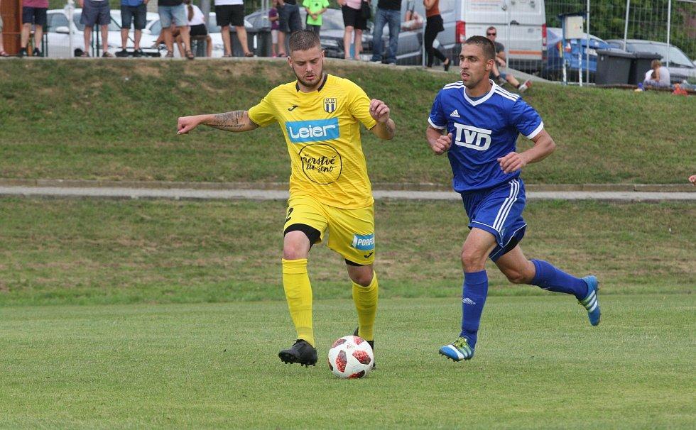 Fotbalisté Slavičína (v modrých dresech) zvítězili ve 2. kole divize E na hřišti konkurenčního Strání 2:0