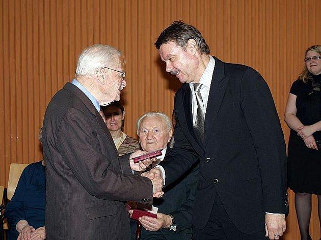 Jubilejní medaili si 1. dubna ze zlínské radnice odnesla bezmála třicítka válečných veteránů žijících na Zlínsku a Uherskohradišťsku.