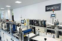 Výrobní společnost SPUR ze Zlína uspěla v září ve výběrovém řízení ministerstva vnitra a stala se jedním z dvou dodavatelů respirátorů pro stát. Na rozdíl od vítěze tendru z Asie je pak jedinou firmou, jejíž respirátory budou vyráběny a navíc i certifikov