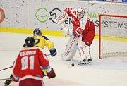 Extraligoví hokejisté Zlína (ve žlutém) ve 12. kole doma hostili Olomouc. Na snímku Kántor