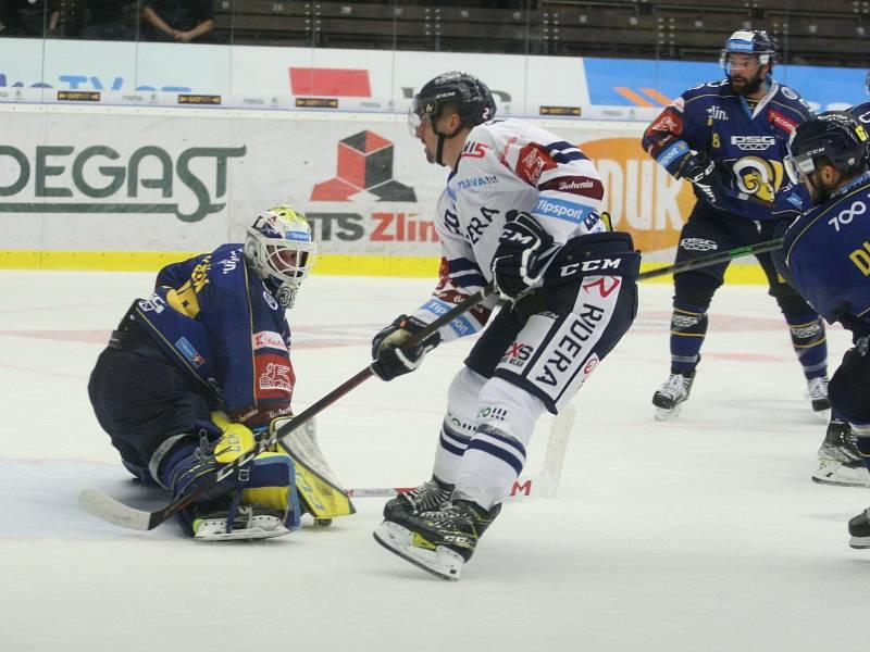 Extraligoví hokejisté PSG Berani Zlín (v modrém) ve 4. kole v pátek na svém stadionu hostili v derby ostravské Vítkovice. Na snímku střelec první vítkovické branky Jan Bernovský.