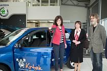 SLAVNOSTNÍ PŘEDÁNÍ. Vedle první dámy koordinátorka fondu Krtek Kateřina Doležalová a lékař Petr Lokaj. Za automobilku byl přítomen Michal Pres.